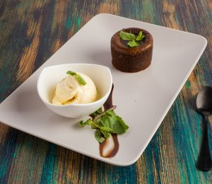 sarabistro-lava-cake-cu-inghetata-fondant-de-ciocolata-resturante-otopeni