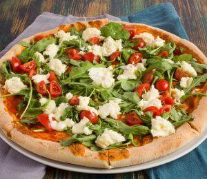 sarabistro-pizza-fresca-sos-de-rosii-mozarella-bufala-rucola-rosii-cherry-sos-pesto
