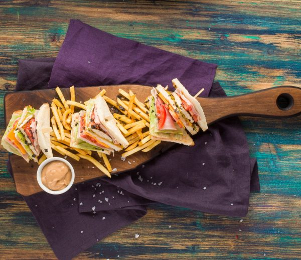 sarabistro-sandwich-club-paine toast-piept-de-pui-sunca-presata-rosii-salata-verde-sosul-casei-cartofi-prajiti